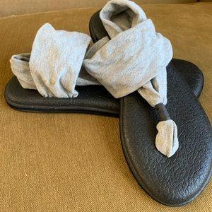 Sanuck sandals grey black strap Size 8/8.5